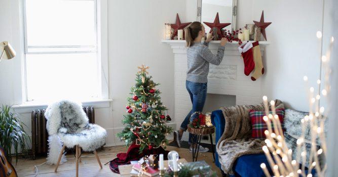 mujer decorando de navidad su cuarto