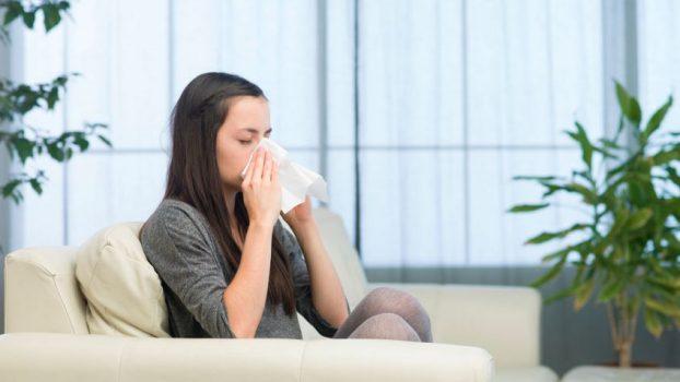 mujer con alergia en su cama