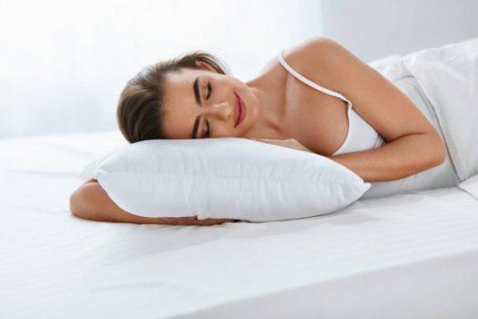 mujer dormida sobre una almohada