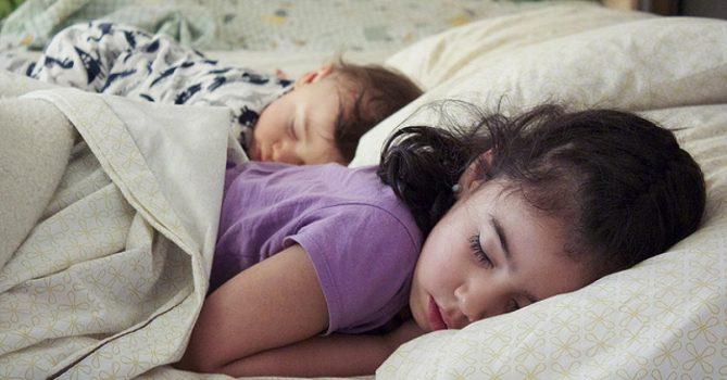 niños dormidos en un colchón nuevo