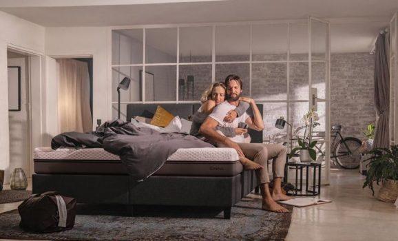 pareja descansando en su habitacion