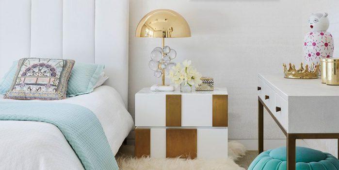 habitación con mesa de cama