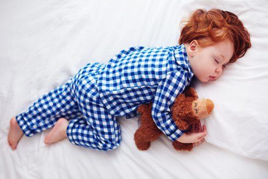 Niño descansando y durmiendo con un peluche