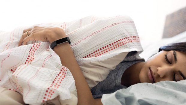 mujer dormida con un monitor de sueño