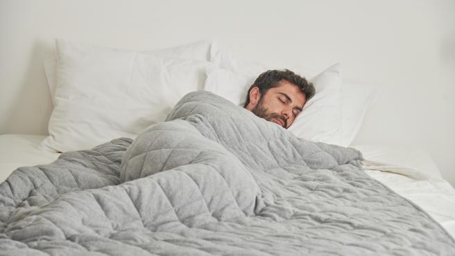 ropa de cama en un colchón individual