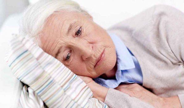 Mujer recostada en cama